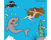 Barbie jugando con un delfín